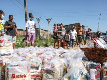 Mais de 60 famílias recebem cestas básicas da Campanha Natal Sem Fome na Ocupação Povo Sem Medo