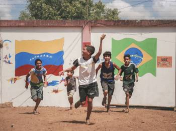 PANAS: Florianópolis e outras nove capitais recebem exposição urbana sobre migrantes no Brasil
