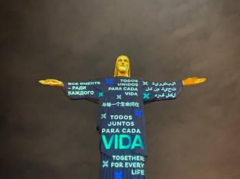 Cristo Redentor ilumina a noite do Rio de Janeiro com homenagens às vítimas da COVID-19